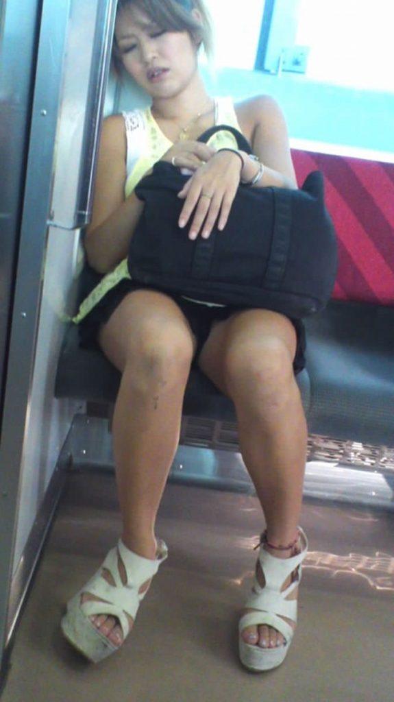 電車パンチラ 画像 049