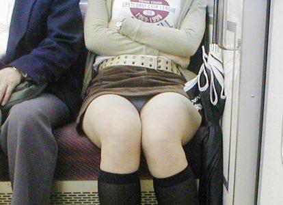 電車のパンチラ がっつり見えてる電車パンチラエロ画像88枚!