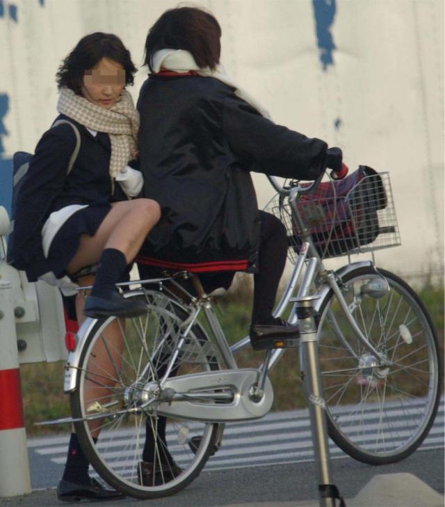 自転車のパンチラ 画像 004